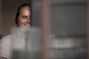 CURITIBA, PR- 27 AGOSTO: O sociologo Fernando Botelho posa para foto no centro de Curitiba, no Parana, em 27 de agosto de 2012. Fernando criou o F123,  uma ONG que desenvolve softwares livres para permitir o acesso a informatica para pessoas com baixa visao ou cegos. (FotoNa Lata)